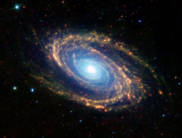 В центре спиральной галактики M81 находится сверхмассивная ЧД массой в 70 млн солнечных. Ещё одна Вселенная? (Фото NASA et al.)